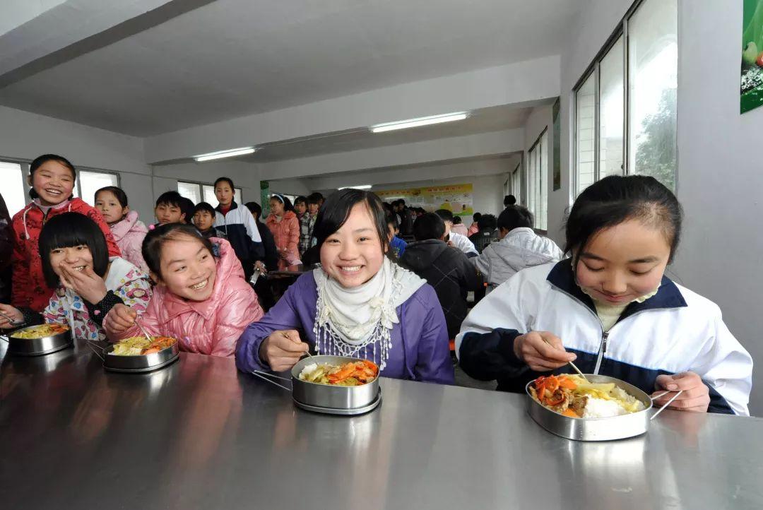 农村中小学生享用免费营养午餐