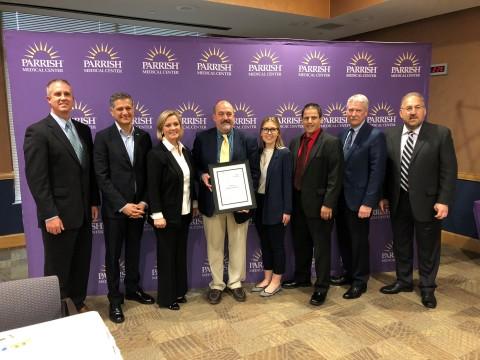 病人安全運動基金會創辦人Joe Kiani(左起第二人)在星期三的頒獎典禮上將首個病人安全五星級醫院獎頒發給Parrish醫療中心高階主管團隊。(照片:美國商業資訊)