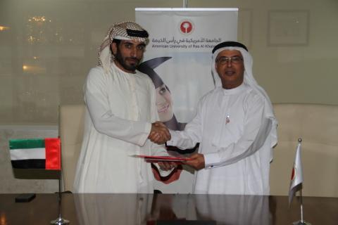 哈伊马角美洲大学校长Hassan Hamdan Al Alkim教授及Al Nuaimi Group首席执行官Rashed Abdulla Ahmed先生签署谅解备忘录(照片:AETOSWire)
