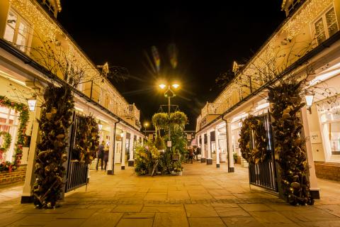 英国裸露体村_英国时装协会将在比斯特购物村开设首家设计师快闪店