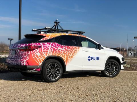 FLIR配備熱像儀的商用測試車搭載多個FLIR ADK相機,提供街景全景視圖。該車將展示ADK與當下自動駕駛測試車輛上的雷達、雷射雷達和可見光相機的整合功能。(照片:美國商業資訊)